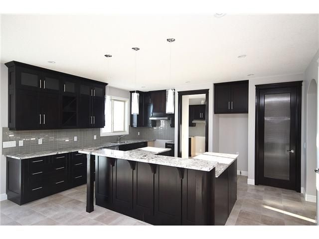 Kitchen with Dark Cabinets – Know what colors go with it